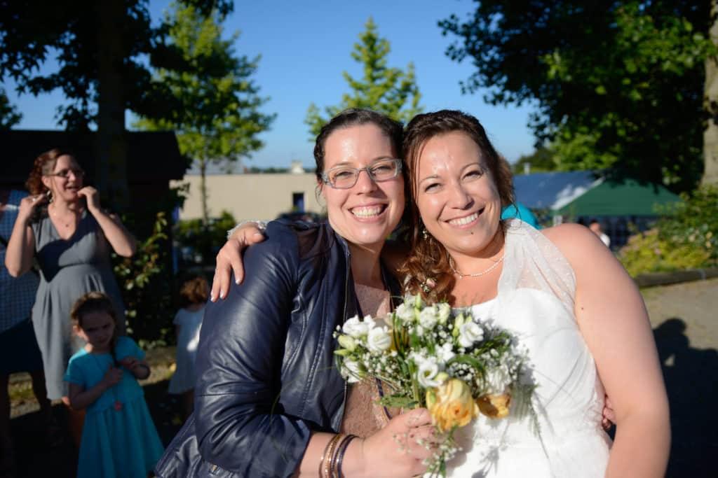 Contact - Photo souvenir au moment du lancer de bouquet