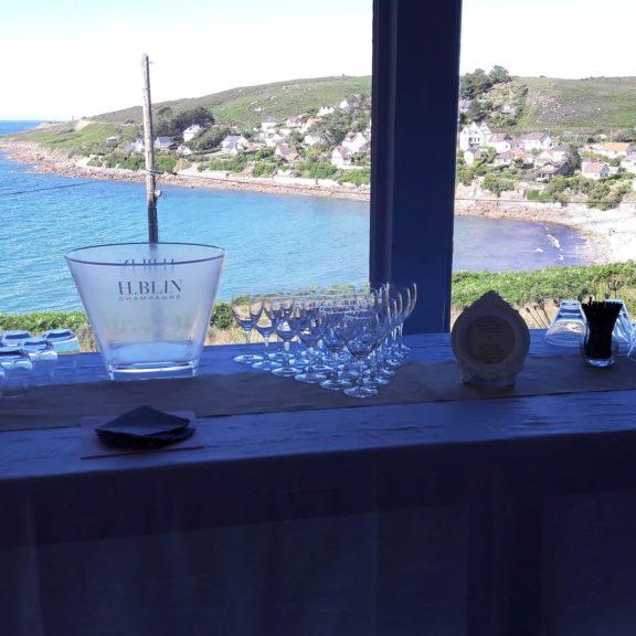Marie Desaunay - Wedding planner Normandie - Cocktail avec vue sur la mer dans le restaurant La Maison Rouge pour le mariage d'Alexa et Edouard en septembre 2016 dans la Manche 50, près de Cherbourg.