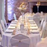 MARIE DESAUNAY - WEDDING PLANNER NORMANDIE - Salle du mariage de Laura et Cédrick décorée par Louly Créations, dans une ambiance chic avec du blanc et du doré.