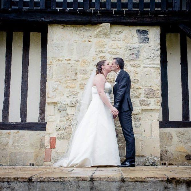 Marie Desaunay - Organisatrice de mariages Normandie - Photo de couple en Normandie, pour Laura et Cédrick, en ce lieu typique du Pays d'Auge 14 - Calvados : pierres et colombages.