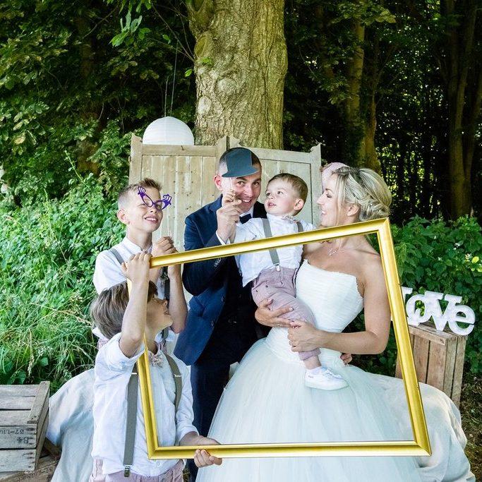 Marie Desaunay - Wedding planner Normandie - Jolie photo de famille dans ce photobooth sous les arbres, tout près des jardins du château de Saint Pierre Eglise 50