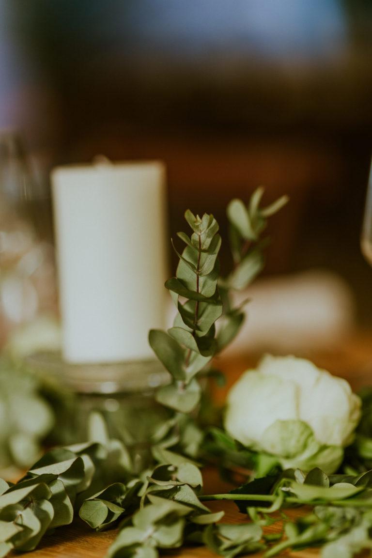 chemin de table végétal où se mêlent bougies et eucalyptus