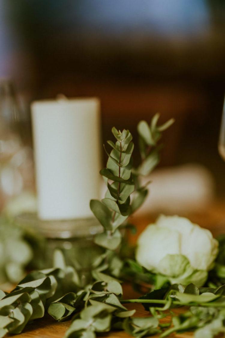 mariage original nomandie - chemin-table-vegetal-bougies-eucalyptus