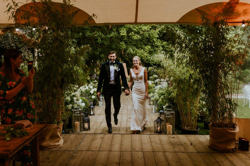Entrée des mariés dans la tente de réception scénographie mariage nature côte normande
