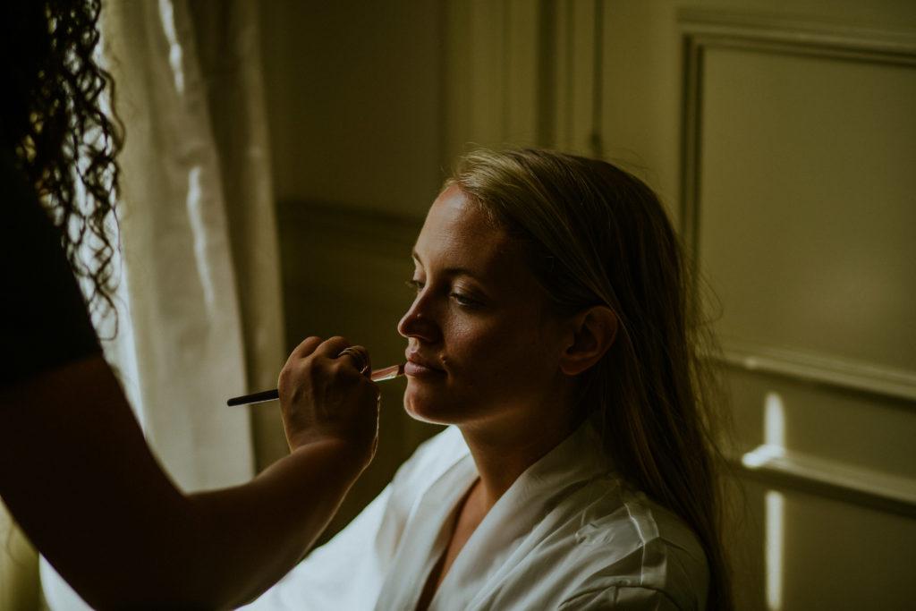 Préparatifs mariée maquillage au Château de La Chenevière Mariage en Normandie