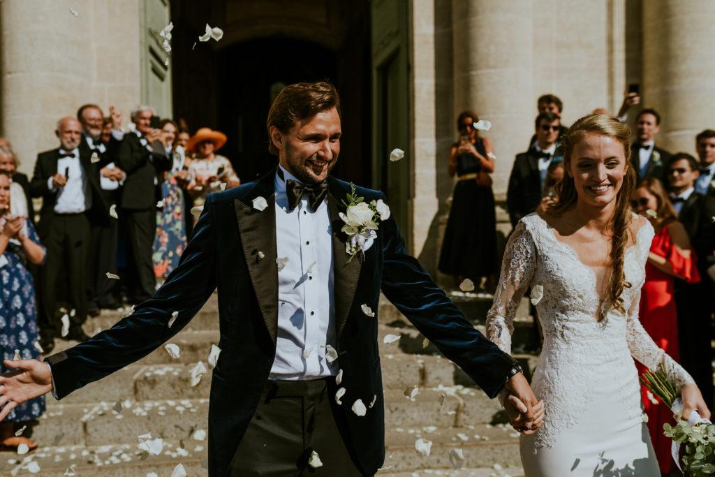 Sortie des mariés - Abbaye de Juaye Mondaye mariage végétal