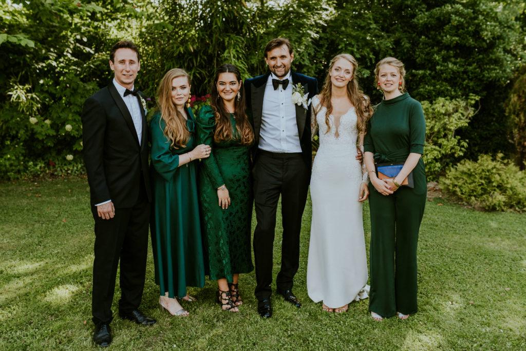 Photo de groupe mariés et témoins - tenues des témoins assorties - wedding design Normandie