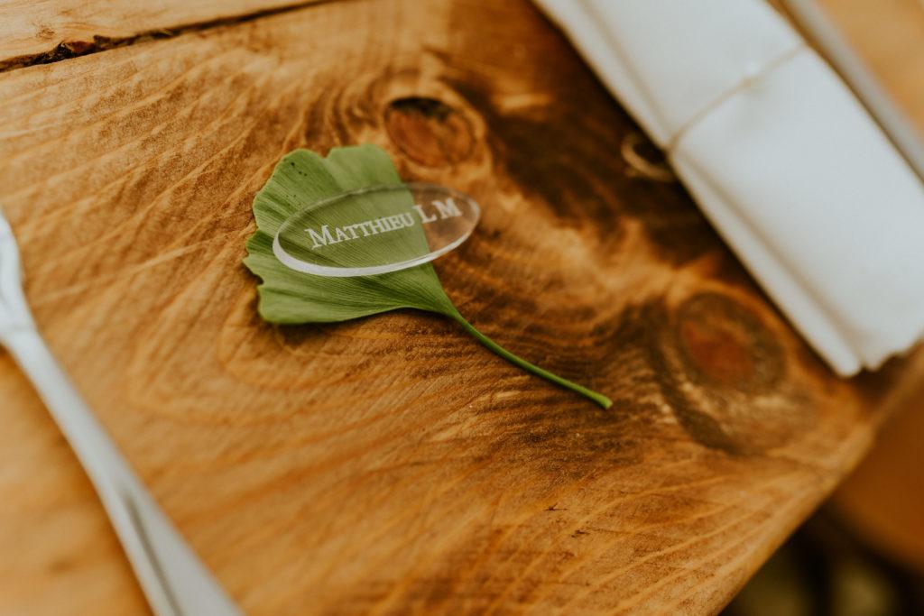 Décoration mariage végétal nature ginko plexiglas marque place