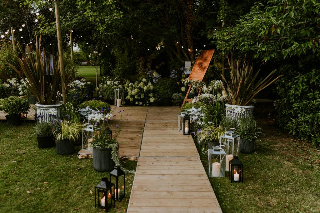 scénographie entrée dans la tente de réception mariage Calvados - paysagiste événementiel