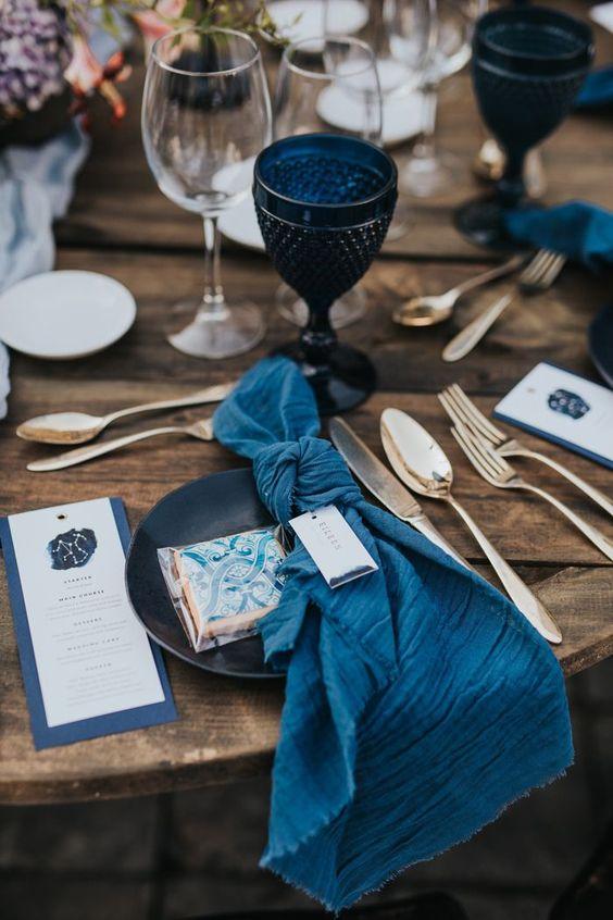 scenographie-table-mariage-serviette-verre-bleu-tendance-deco-2021