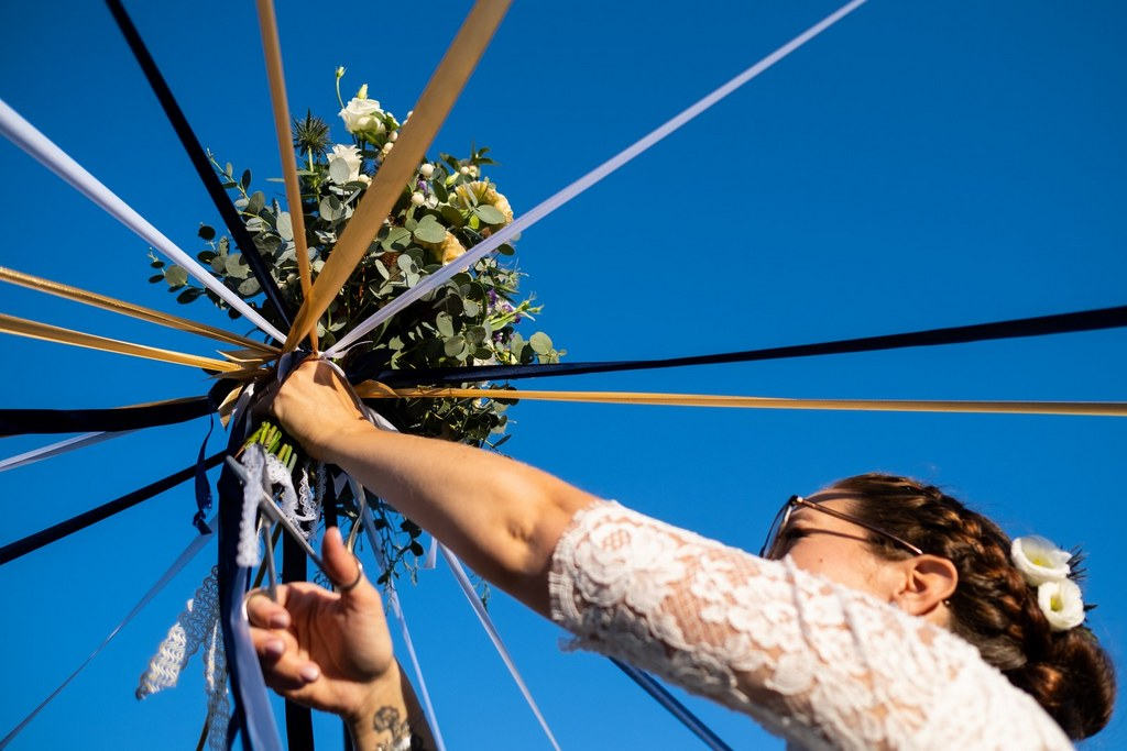 lancer de bouquet de mariée original avec les rubans