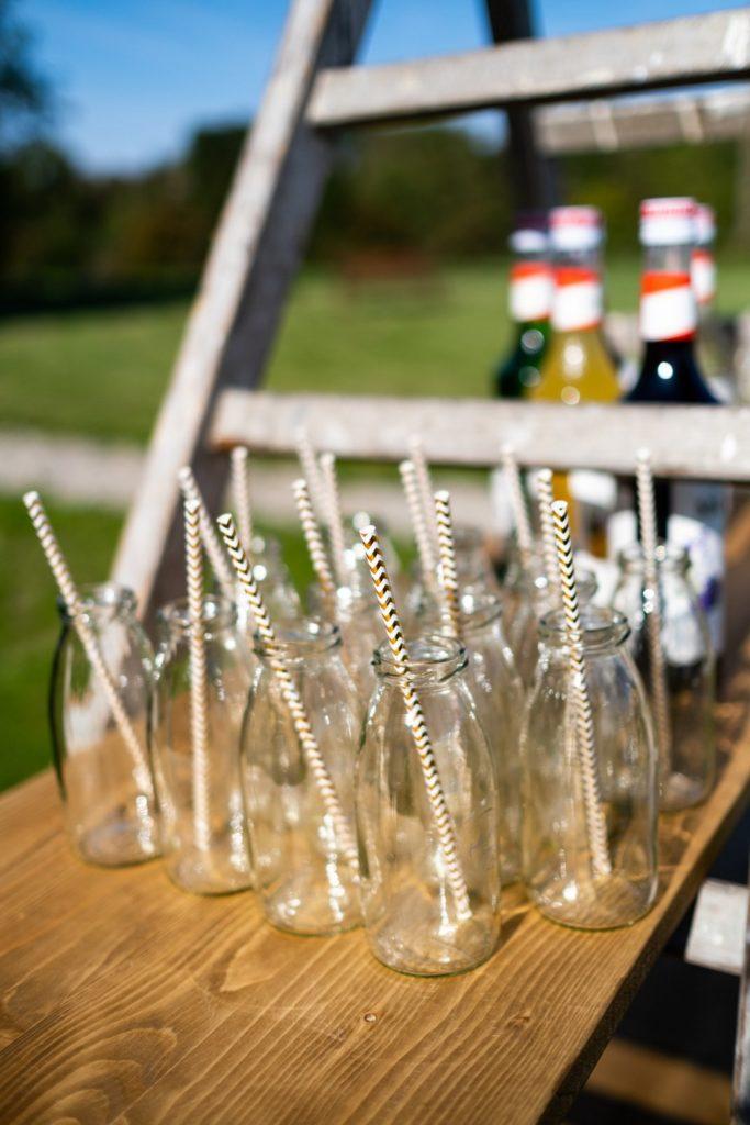 bouteilles et pailles assorties aux couleurs du candy bar