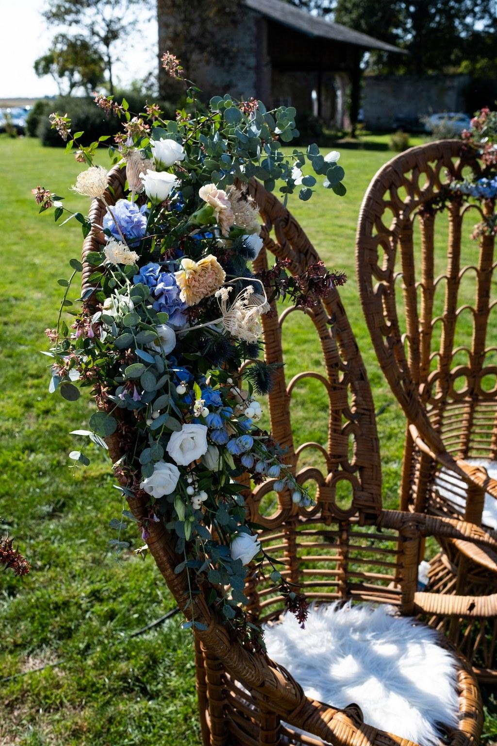 fauteuils emmanuelle fleuris pour les assises des mariées mariage bohème - CREDIT PHOTO : Audrey Guyon