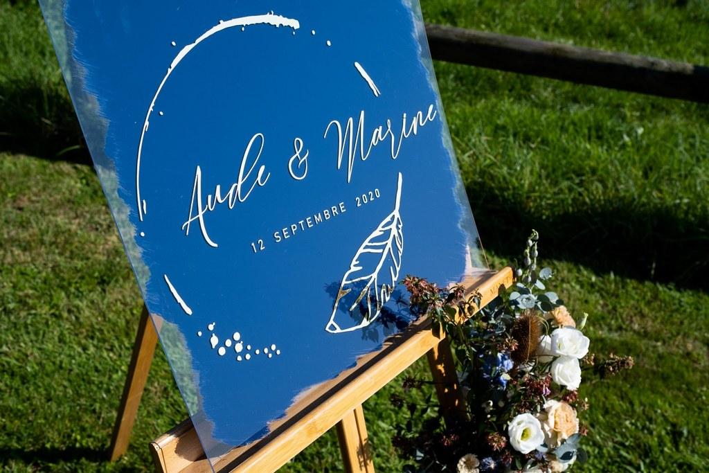 panneau de bienvenue mariage, aux couleurs et logo des mariées style bohème - CREDIT PHOTO : Audrey Guyon