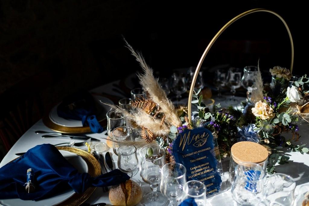 scenographie mariage table boheme bleu fleurs sechees