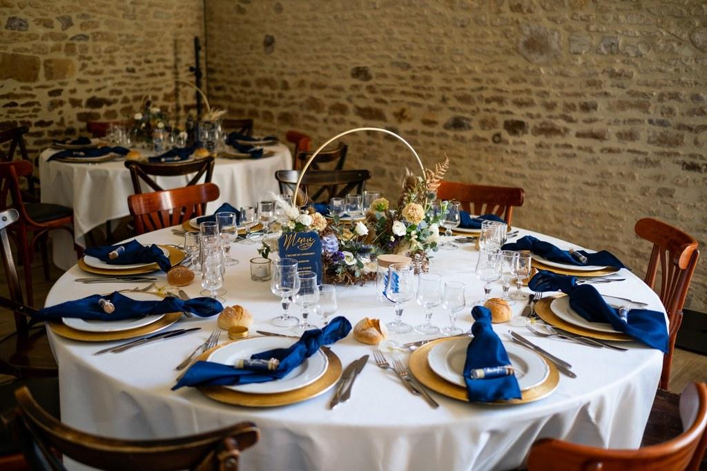 scenographie table de mariage bleu et dore boheme