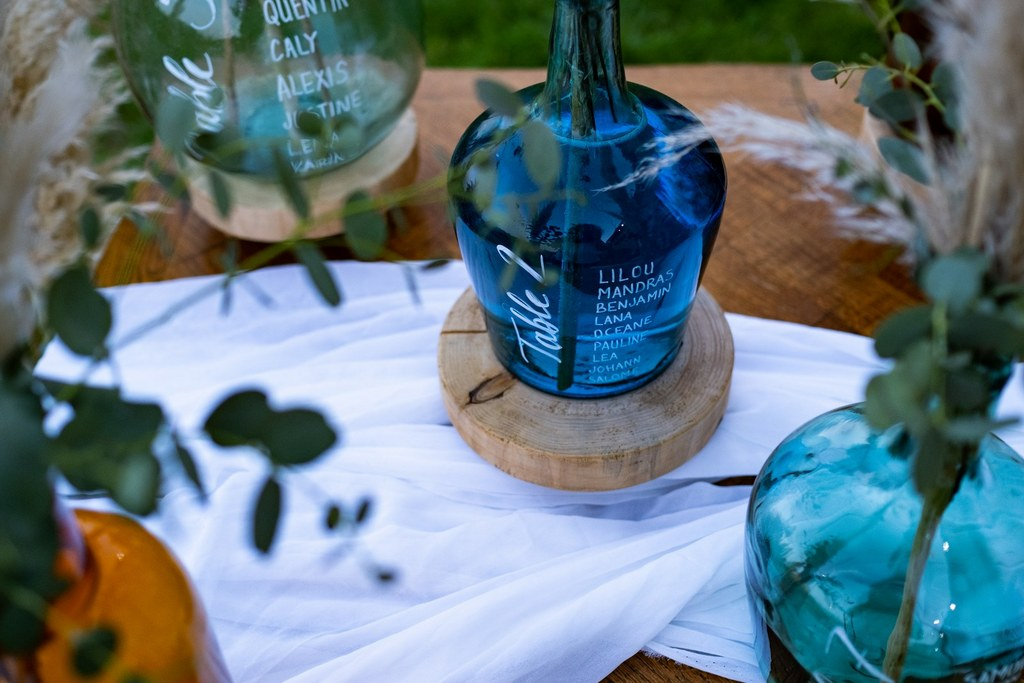 detail plan de table mariage boheme bleu dame jeanne posca - CREDIT PHOTO : Audrey Guyon