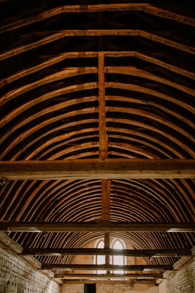 architecture-bois-salle-de-receptio-mariage-normandie-poutres-charme-deco