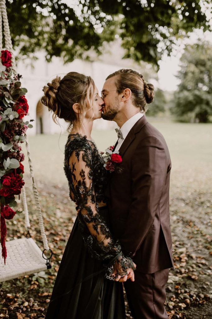 baiser-couple-maries-domaine-normandie-wedding-designer-balancoire-deco