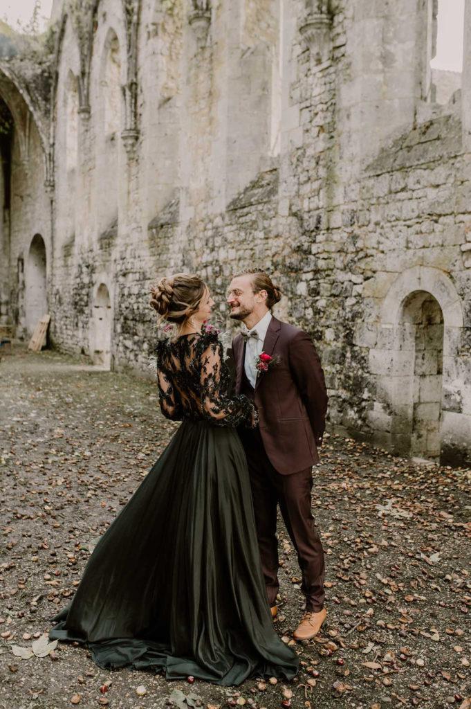 decouverte-maries-mariage-exterieur-normandie-automne-ambiance-magique-style-atypique