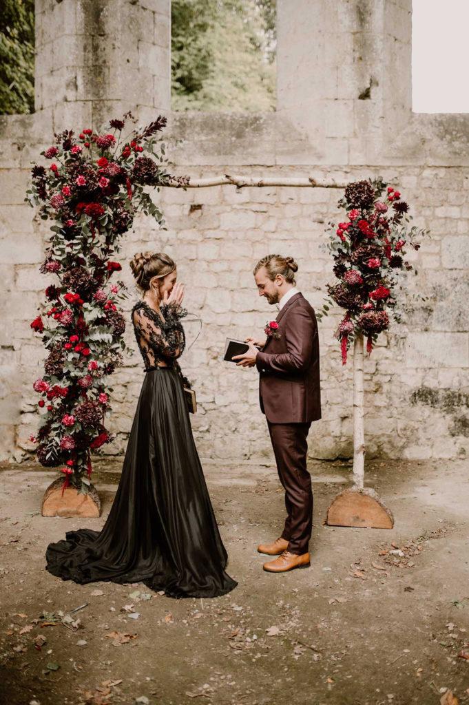 emotion-photo-mariage-couple-arche-ceremonie-laique-normandie-automne