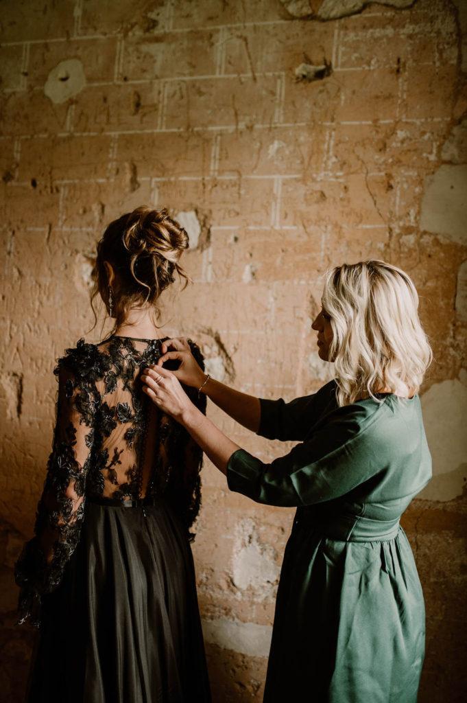 mariage-preparatifs-mariee-temoin-demoiselle-dhonneur-habillage-robe-emeraude