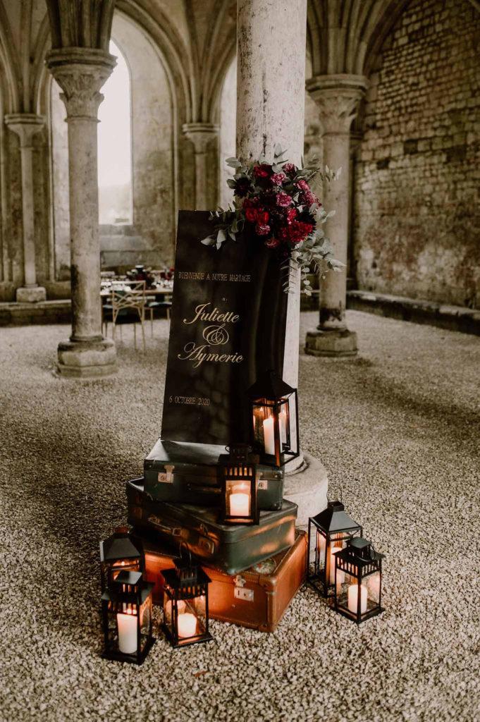 panneau-bienvenue-mariage-normandie-valise-vintage-lanternes-fleurs-decoratrice-mariage