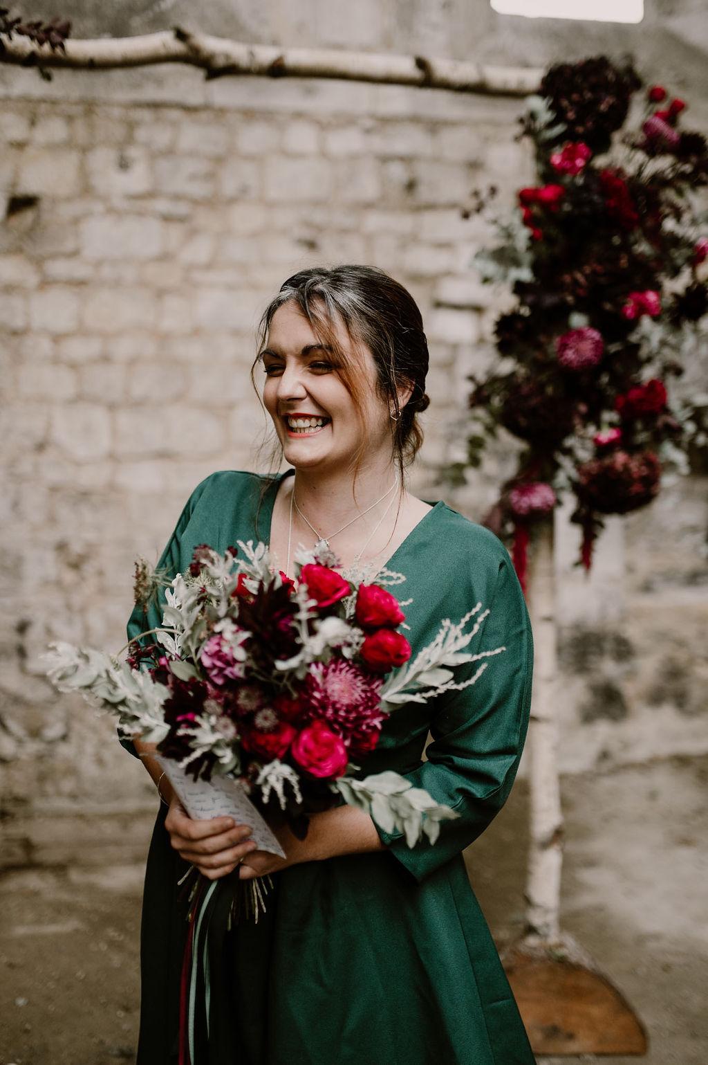 demoiselle d'honneur et son bouquet