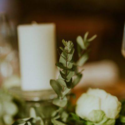 mariage-original-nomandie-chemin-table-vegetal-bougies-eucalyptus